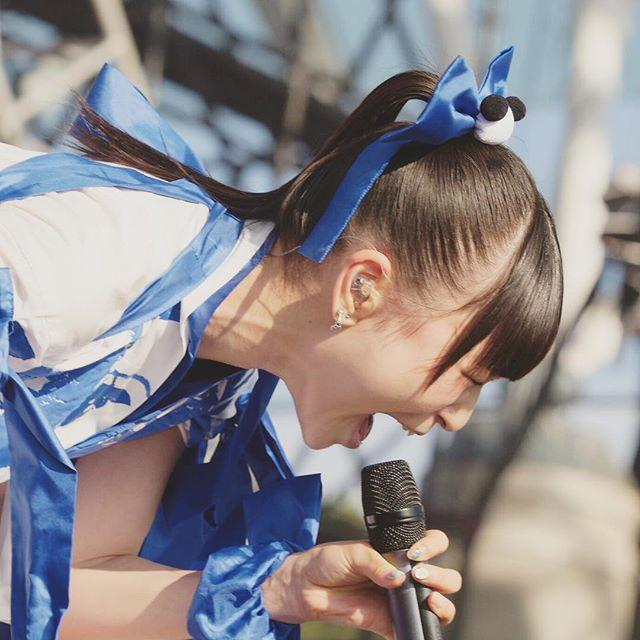 ライブ中の藤咲彩音。