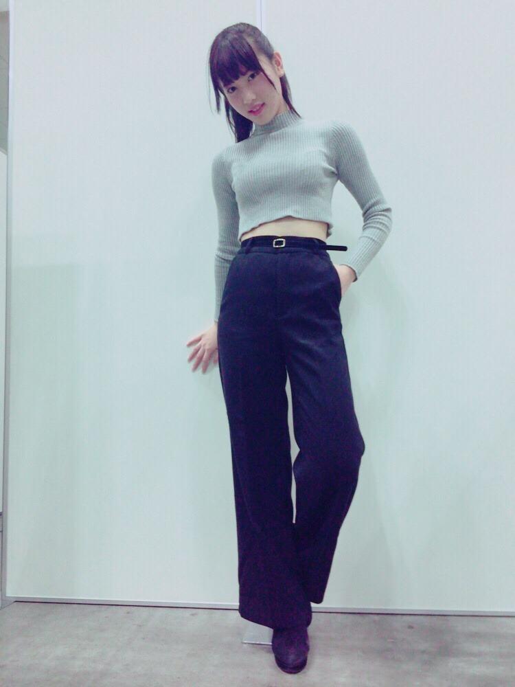 パンツスタイルの伊藤純奈