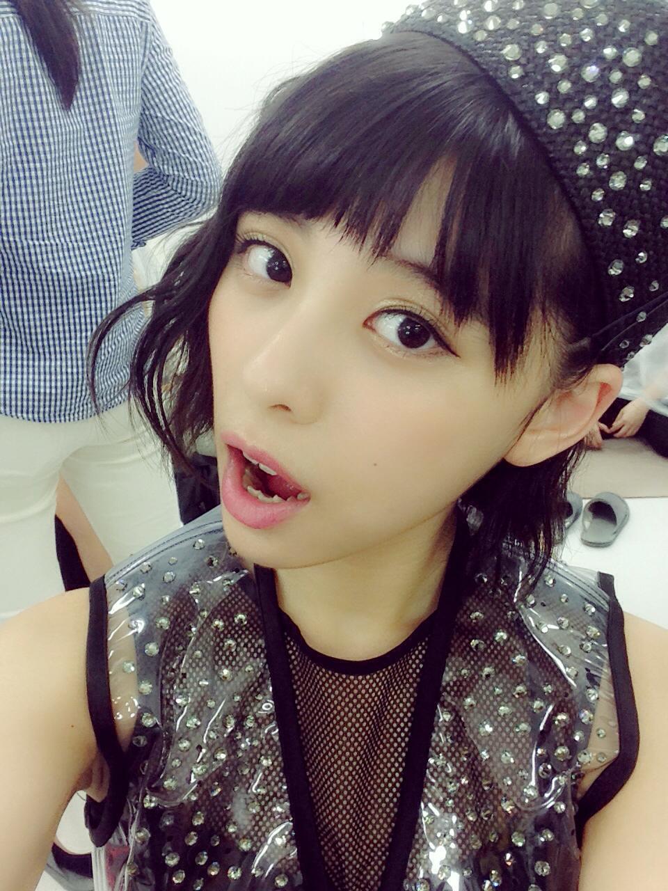口を開けている田中美麗