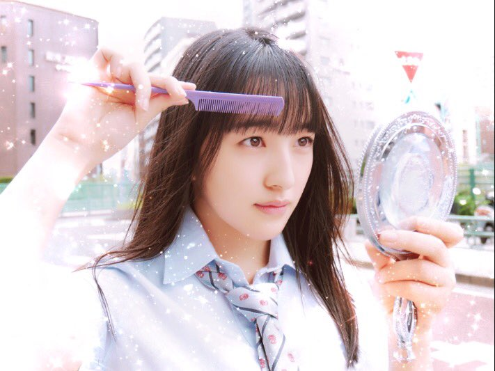 前髪を整えるHKT48の田島芽瑠